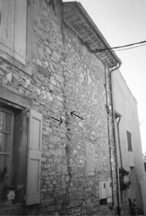 70 Reconnaissance des effets des séismes sur le bâti ancien Fig. 6.12 La chapelle Sainte-Agathe sur le sommet de la colline dominant le village de Saint-Maimes (photo G. Poursoulis, 2001) Fig. 6.11 Pelage de façade dans le village de Lincel (photo G.