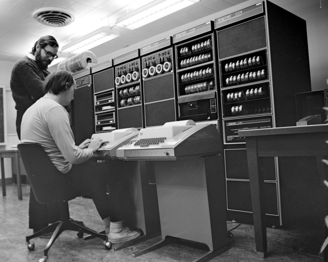 1 6 Unix et les logiciels libres Figure 1.3: Ken Thompson (assis) et Dennis Ritchie dans leurs versions «with luxuriant and darker hair than [they] have now 9» devant le Pdp11. 3.