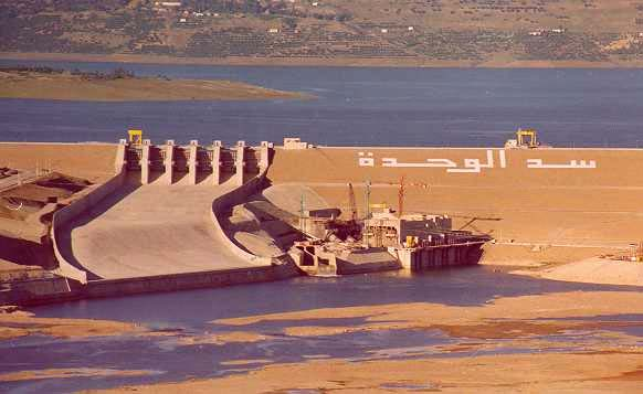 Parmi ces mesures on cite : La réalisation du barrage Al Wahda (mise en eau en 1996) : ce barrage est un barrage à but multiple, il assure en plus de l irrigation de la plaine du Gharb et la
