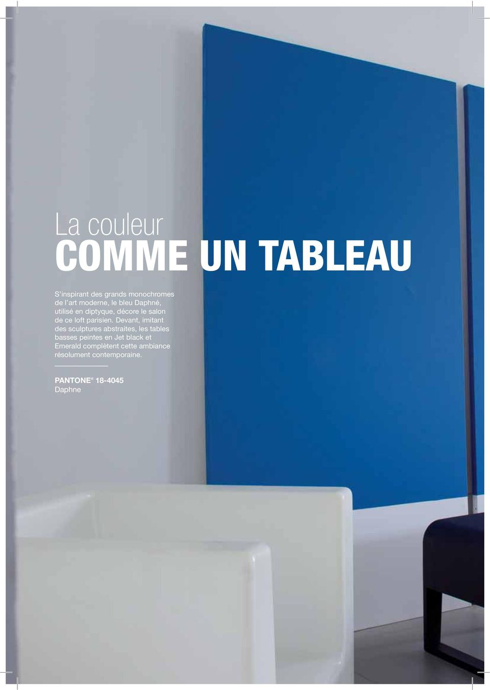 Devant, imitant des sculptures abstraites, les tables basses peintes en Jet