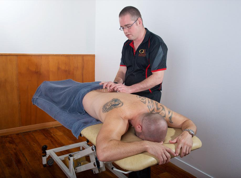 PHYSIOTHERAPY AT QE HEALTH LA PHYSIOTHÉRAPIE EN NZ ET À QE HEALTH As primary health care professionals, physiotherapists combine in-depth knowledge of how the body works with specialized hands-on