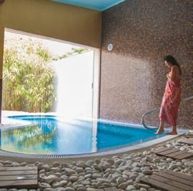 accès de 30 min au Spa vous sera offert Before each massage and facial treatment, a 30 min access to the Spa will be offered Californien Hawaien lomilomi Suédois Balinais Marocain